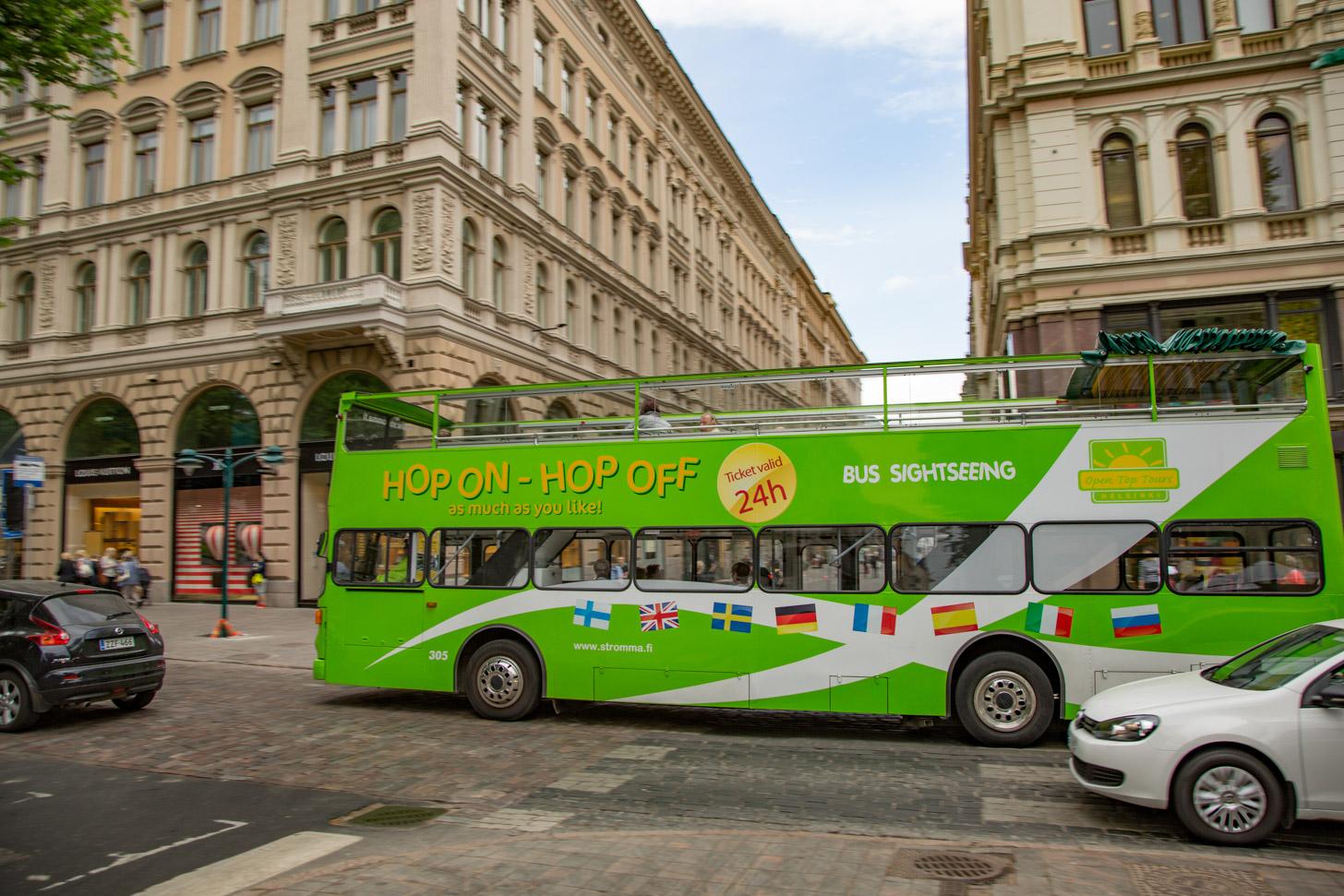 Toeristenbus in het centrum van Helsinki