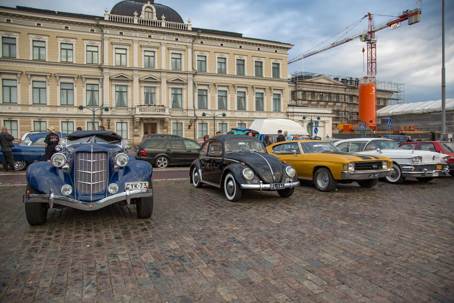 Klassieke auto's op het marktplein van Helsinki
